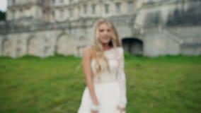 Junges schönes Mädchen mit dem langen goldenen Haar in a stock footage