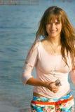 Junges schönes Mädchen mit dem langen Haar auf Meer Stockbild
