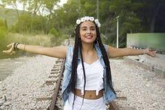Junges schönes Mädchen mit dem umsponnenen Haar lizenzfreie stockfotografie