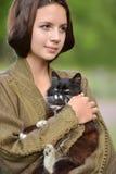 Junges schönes Mädchen mit einer Katze lizenzfreie stockbilder