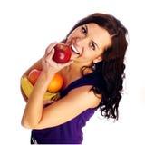 Junges schönes Mädchen mit Frucht lizenzfreies stockbild