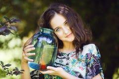 Junges schönes Mädchen mit Goldfischen Lizenzfreie Stockfotografie