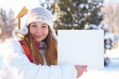 Junges schönes Mädchen mit leerer Fahne. Winter. stockfoto