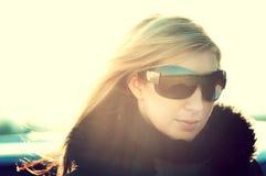 Junges schönes Mädchen mit Sonnenbrillen lizenzfreie stockbilder