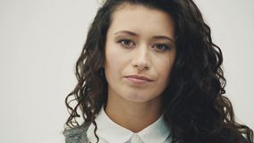 Junges schönes schönes Mädchen Mit trockener Haut und Hautausschlag auf dem Kinn stock video footage