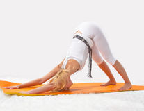 Junges schönes Mädchen nimmt an Yoga teil Stockfotos