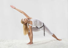 Junges schönes Mädchen nimmt an Yoga teil Stockbilder