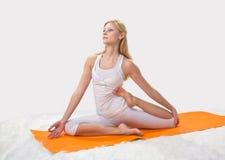 Junges schönes Mädchen nimmt an Yoga teil Lizenzfreies Stockfoto