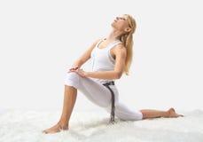 Junges schönes Mädchen nimmt an Yoga teil Lizenzfreie Stockfotos