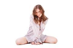 Junges schönes Mädchen stationiert auf Fußboden stockfoto