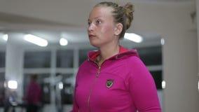 Junges schönes Mädchen strebt herein Sport in der Turnhalle an stock video