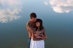 Junges schönes Mädchen und Kerl in der Liebe stockfotografie