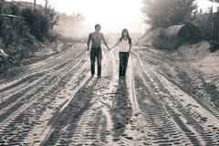 Junges schönes Mädchen und Kerl in der Liebe lizenzfreie stockfotografie