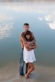 Junges schönes Mädchen und Kerl in der Liebe draußen stockfotografie