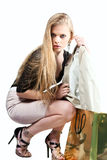 Junges schönes Mädchen zieht die Jacke des Goldpakets lokalisiert Lizenzfreies Stockfoto