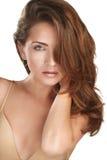 Junges schönes Modell, das ihr langes rotes Haar zeigt Stockfoto