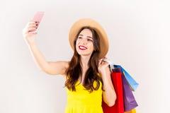 Junges schönes Modell mit vielen Einkaufstaschen in den Händen stockfoto