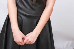 Junges schönes nettes Mädchen, das verschiedene Gefühle zeigt Hintergrund für das Mädchen eine konkrete graue Wand Lachen, lächel Lizenzfreie Stockfotografie