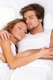 Junges schönes Paarschlafen Lizenzfreie Stockfotos
