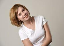 Junges schönes rotes Haarfrauenlächeln glücklich und nett im freundlichen frohen Gesichtsausdruck Stockfoto