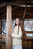 Junges schönes slawisches Mädchen mit dem langen Haar und slawischem ethnischem Kleid steht in einem hölzernen ethnischen Gazebo Lizenzfreie Stockbilder