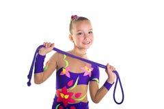 Junges schönes Sportmädchenhandeln gymnastisch mit springendem Seil lizenzfreies stockbild