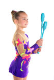 Junges schönes Sportmädchenhandeln gymnastisch mit Vereinen lizenzfreie stockfotografie