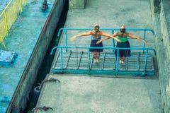 Junges schönes Tanzenballett der Zwillingsschwester zwei in der Stadt mit Ballettkostüm städtischer Synchronisierungstanz industr Lizenzfreies Stockfoto