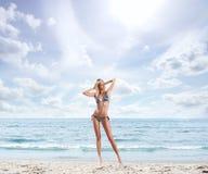 Junges, schönes und sexy Mädchen auf dem Strand Lizenzfreie Stockfotos