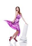 Junges schönes weibliches tragendes lila Kleid Lizenzfreie Stockfotografie
