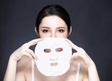 Junges Schönheitsgesicht und Gesichtsmaske lizenzfreies stockbild