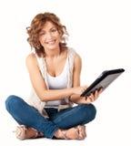 Junges Schönheitskursteilnehmermädchen mit Tablette Lizenzfreies Stockfoto