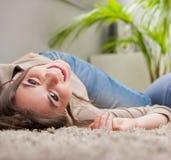Junges Schönheitslachen umgedreht auf dem Boden stockfotos