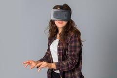 Junges Schönheitsmädchen im Sturzhelm der virtuellen Realität Lizenzfreie Stockbilder