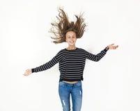 Junges Schönheitsmädchenfliegen im Sprung mit dem braunen Haar Stockfotos