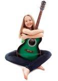 Schönes Mädchen mit Gitarre auf weißem Hintergrund Lizenzfreie Stockfotos