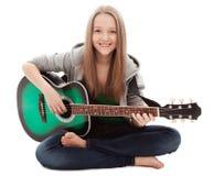 Schönes Mädchen mit Gitarre auf weißem Hintergrund Stockfotografie