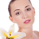 Junges Schönheitsporträt mit weißer Blume lizenzfreies stockfoto