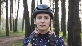 Junges sch?nes M?dchen setzt sich auf die Radfahrengl?ser, die Sturzhelm und blaues Trikot tragen Radfahrenkonzept der Stra?e Lan stock footage