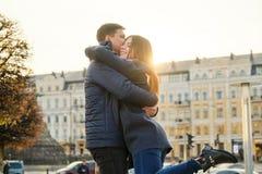 Junges sch?nes Paar umfasst und hat Spa?, Romanze im Fr?hjahr Stadt, goldene Stunde lizenzfreies stockbild