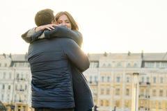 Junges sch?nes Paar umfasst und hat Spa?, Romanze im Fr?hjahr Stadt, goldene Stunde lizenzfreie stockfotografie