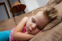 Junges schlafendes Mädchen stockfotografie