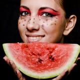 Junges schönes Frauen- und Wassermeloneporträt Lizenzfreies Stockbild