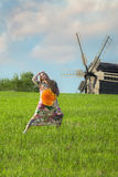 Junges schönes Mädchen auf dem grünen Gebiet Stockfotos