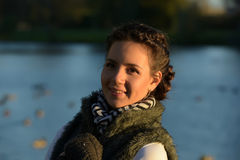 Junges schönes Mädchen im Herbst Lizenzfreies Stockfoto