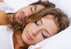 Junges schönes Paarschlafen Stockfotografie