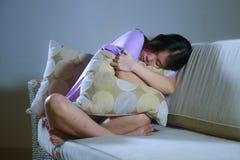 Junges schreiendes alleinhoffnungsloses der traurigen und deprimierten asiatischen japanischen Frau und besorgt in den Schmerz, d lizenzfreie stockbilder