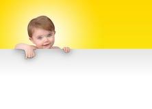 Junges Schätzchen, das unbelegte Zeichen-Meldung blockiert Stockbild