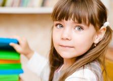Junges Schulmädchen nimmt ein Buch Lizenzfreies Stockfoto