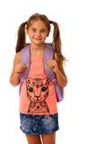 Junges Schulmädchen mit der Schultasche lokalisiert über weißem Hintergrund Stockbild